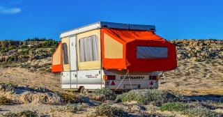 Att försäkra husvagnen är helt frivilligt. Det finns alltså inte någon lag på att man måste ha den försäkrad vilket det gör för bilar, motorcyklar och andra motorfordon som inte enbart körs inom inhägnat område.