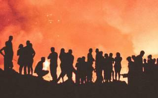 Människor som står och tittar på en skogsbrand